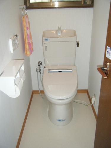 白をベースとした明るく清潔感あるトイレ