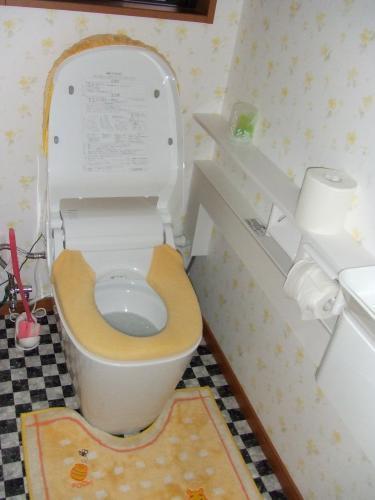黄色でかわいらしいトイレに