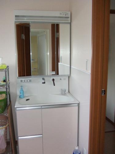 3面鏡ですっきりとした洗面所