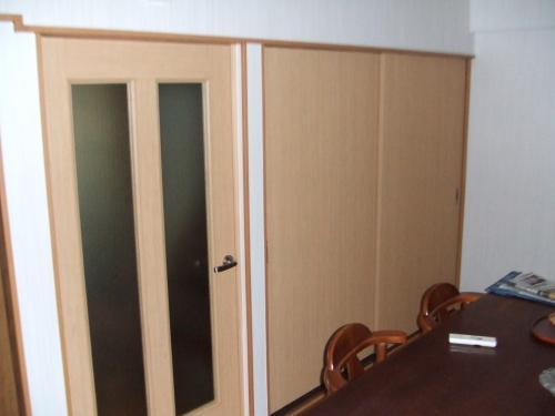 扉の色で部屋が明るくなりました