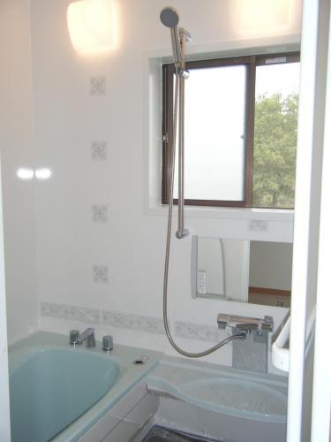 水色で明るく広く感じられるバスルーム