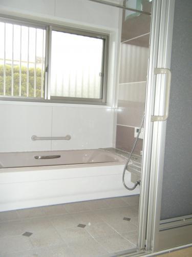 広々とした爽やかな印象の浴室