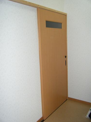 明るい色の扉で清潔感ある空間に