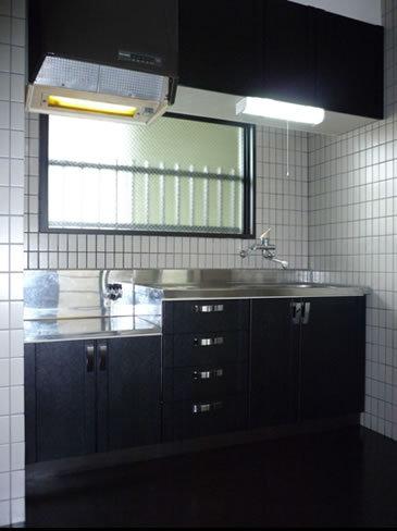 シンプルなブラックキッチン