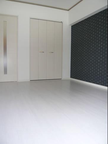 白い床がシンプルでおしゃれなダイニング
