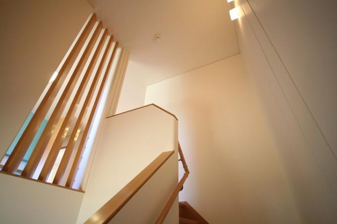 柔らかな太陽光が射す階段