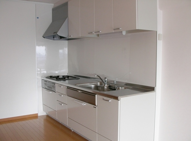清潔感溢れる白色のキッチン