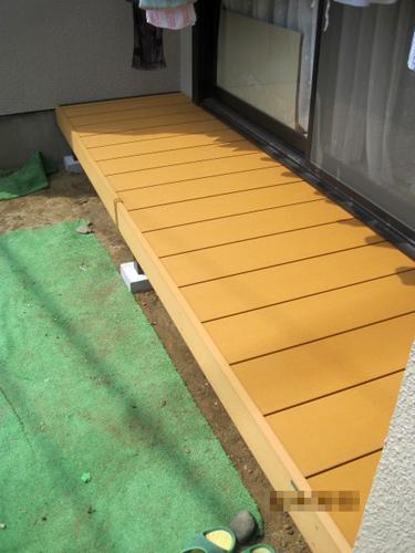 2帖ほどの人口木のウッドデッキを設置