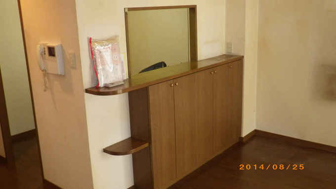 キッチンとリビングの間の壁により空間が狭い印象です。