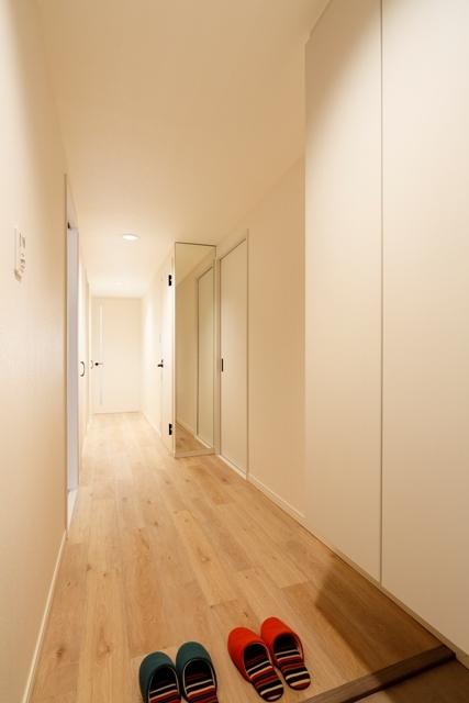 明るく広い玄関廊下でお客様をお迎えします。