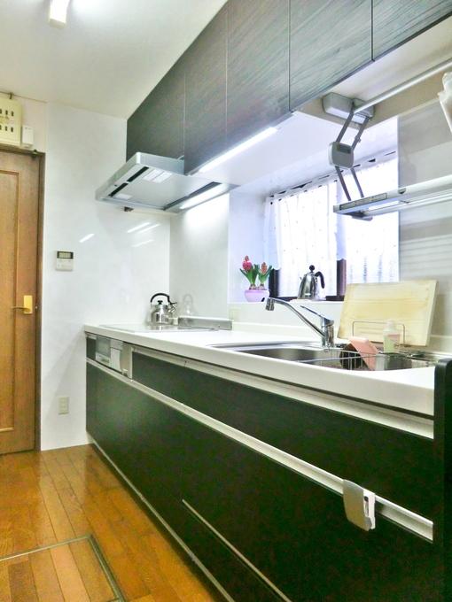 深緑色の落ち着いたキッチンです