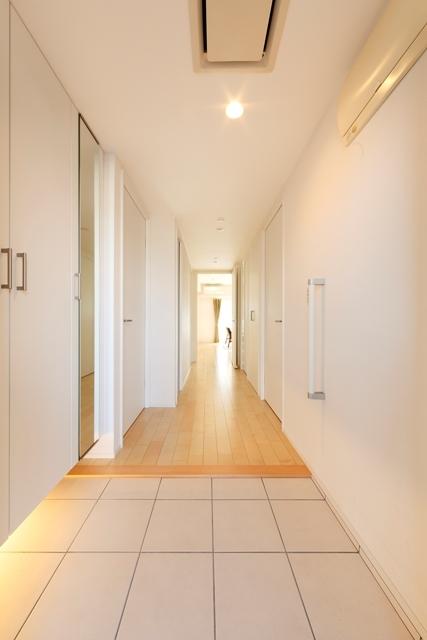 ドアの色と壁紙を白色に統一して、広がりと奥行きのある空間に。