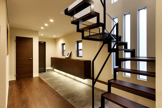 玄関扉から入り、約10畳のエントランスホールは、シンプル・モダンな雰囲気でお客様を出迎える