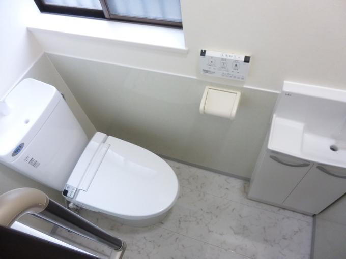 70.白いスタイリッシュなトイレにリフォーム!