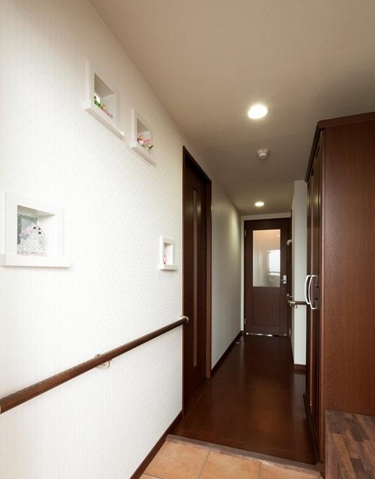 【 玄 関 ホ ー ル 】 壁のニッチは半透明のガラスブロックを使用、洋室からの明りが灯ります。
