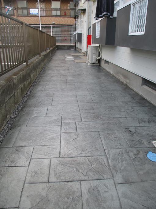 スタンプコンクリート仕上げを行い、重厚感のあるエントランスになりました。