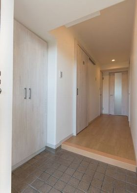 壁紙、床を張り替え、収納等の扉も新しくしました。 素敵なウェルカムスペースになりました。
