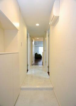 壁紙を張り替え、玄関から廊下の床をフロアタイルに貼り替えました。