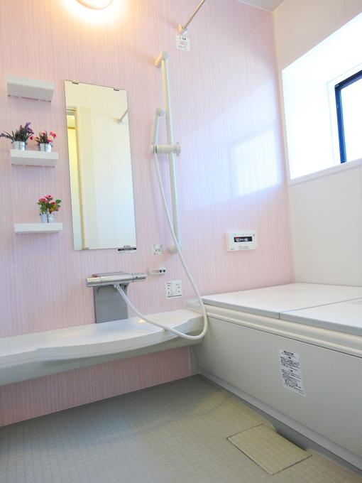 薄いピンクの壁紙が優しい空間をつくっていますね。