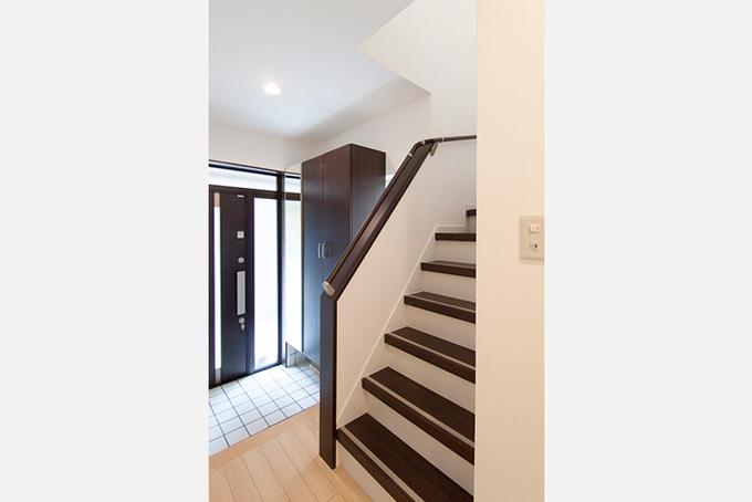 収納が充実した玄関・階段