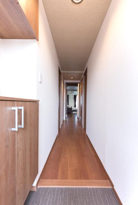 シンプルにすっきりと仕上げた玄関。