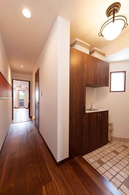 ブラウンを基調とした、清潔感のある明るい玄関になりました。