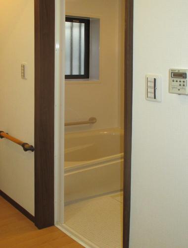 暖かいユニットバスに交換しました。 浴槽も広くなり、段差が少なくお掃除も楽になりました。