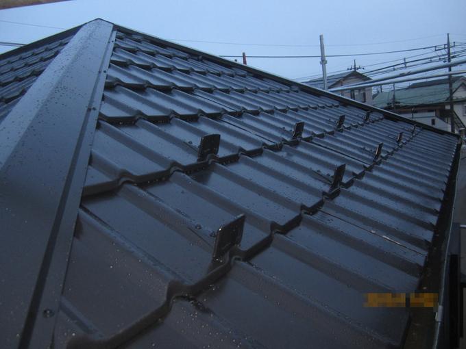 瓦のような外観で軽量の金属屋根