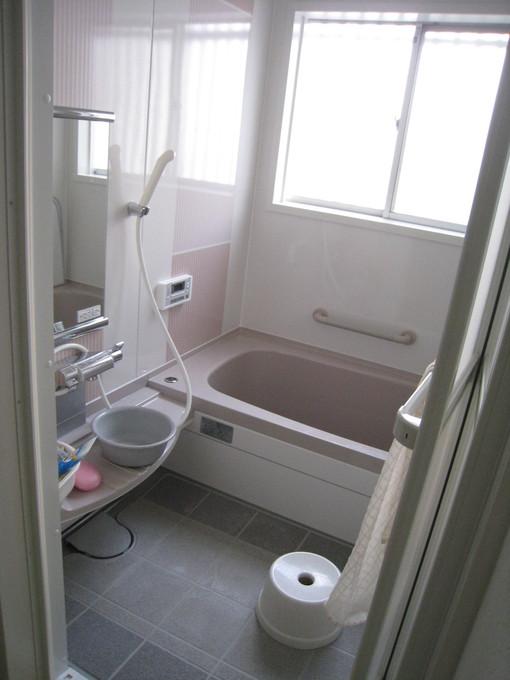 新しい浴室になり、掃除がしやすく冷たさを感じにくい機能性に優れた浴室になりました。