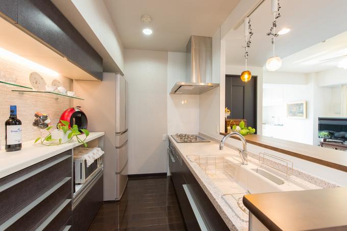 収納とディスプレイスペースを充実させ「飾るキッチン」に