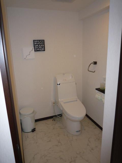 狭い浴室位置が新しいトイレです。