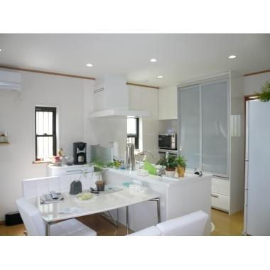 白で統一した清潔感あるキッチン