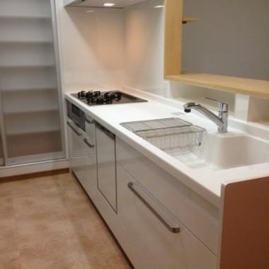 支給品家具をカウンター下部に埋め込んだキッチン