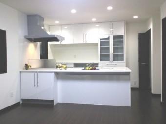 LDKを一目で見渡せるフラット対面型キッチン