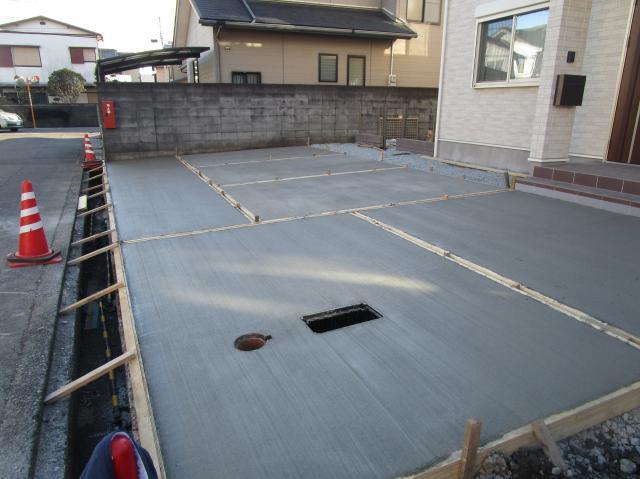コンクリートを流し入れ、排水の為の勾配をつけながらならします。コンクリート乾いた後型枠を外します。