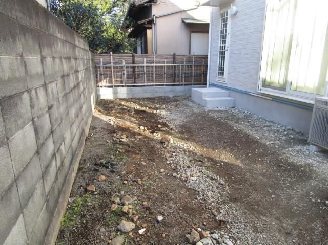 新築されたばかりで、お家の周り全体が整地されていない状態でした。