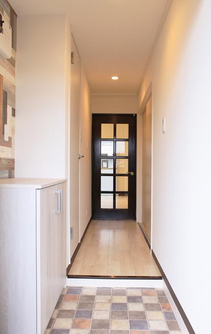 玄関口の床は石目タイル調のデザインクッションフロアで高級感と少しの遊びをプラス。