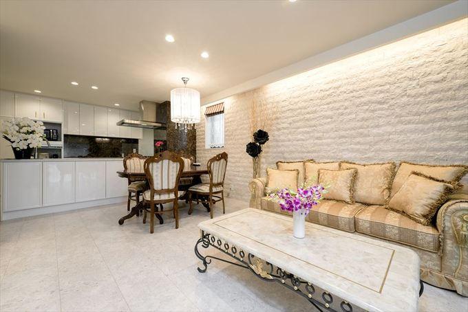 重厚感のある家具が調和する、ヨーロピアンテイストの広々LDK