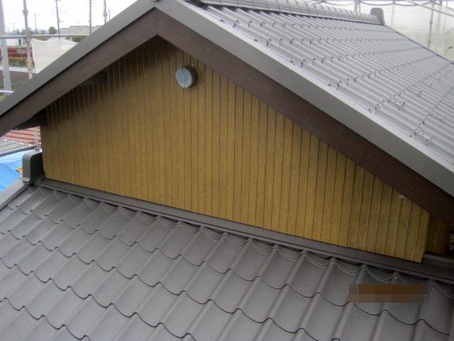 既存の波板トタンを撤去し、新たに母屋と同じリブ付き鋼板を施工しました。