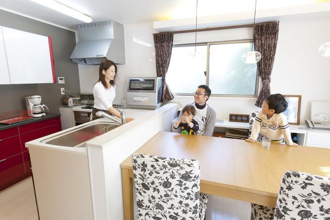 リビングと対面式にした開放的なキッチン