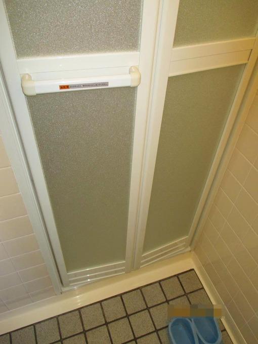 カビなどの汚れが気になっていた浴室のドアを交換しました。