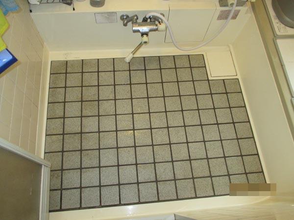 床のタイルが剥がれて、水漏れが心配でした。