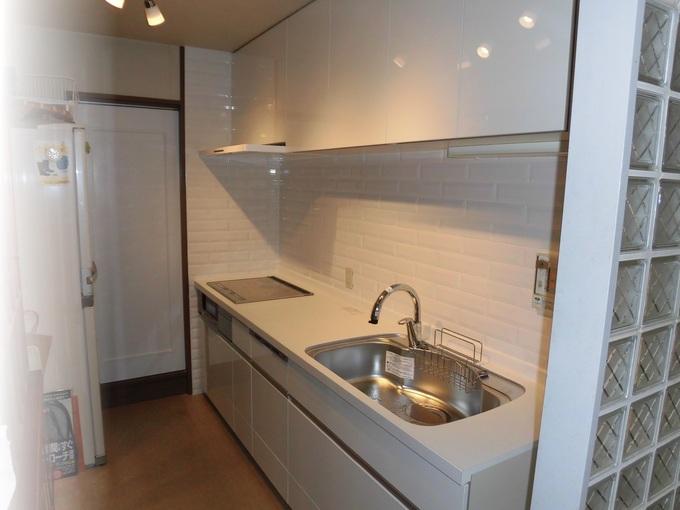 白を基調とした明るいキッチンに。