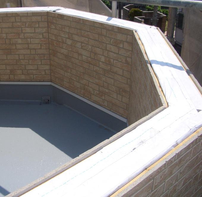 バルコニーの手摺部分も雨漏りしないよう慎重に施工を行い、床面にはウレタン防水塗装を施工。
