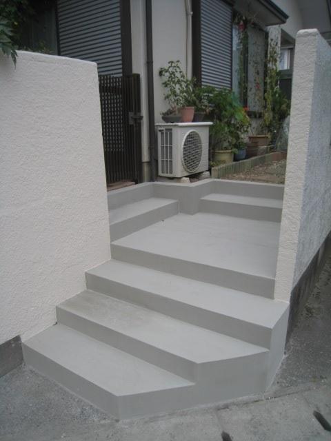 周りの壁の塗装をして、さらに統一感のある階段に。アルミ製門扉で開閉も楽に。
