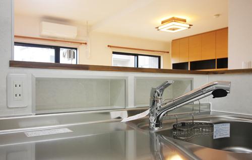 カウンター下に調味料や小物を置ける便利な棚とコンセントを設置。