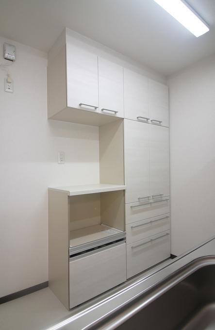 収納力を補う為に家電収納付きのカップボードを設置