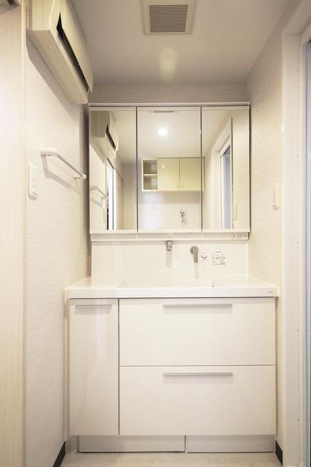 使いやすい引き出し収納に3面鏡の裏にも収納がたっぷり。使い勝手の良い洗面台に交換しました。