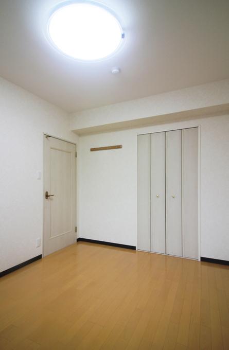<洋室1>ジュータンをフローリングに、天井と壁のクロスも張り替え明るいお部屋になりました。