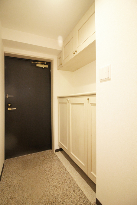 洋室を使いやすくするため、玄関収納の位置を変えました。